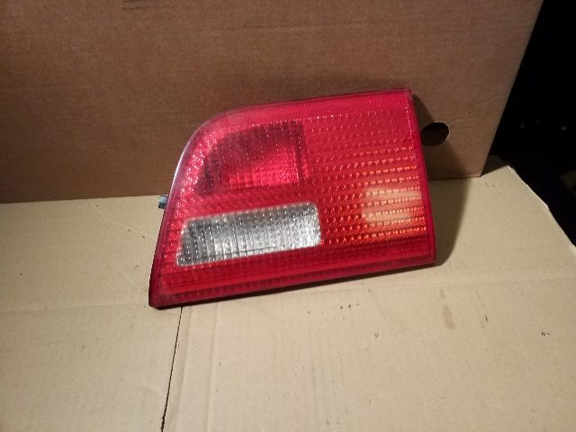 Használt 840901107 Bal belső hátsó lámpa Alkatrész